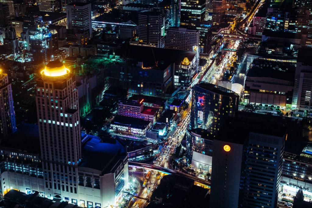 Ausblick vom Baiyoke Tower II auf die Strassen des nächtlichen Bangkok