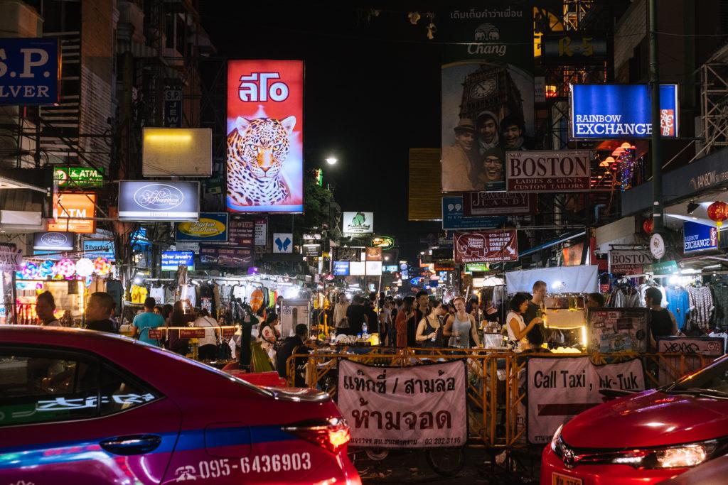 Der Eingang zur Khaosan Road im Ausgehviertel von Bangkok