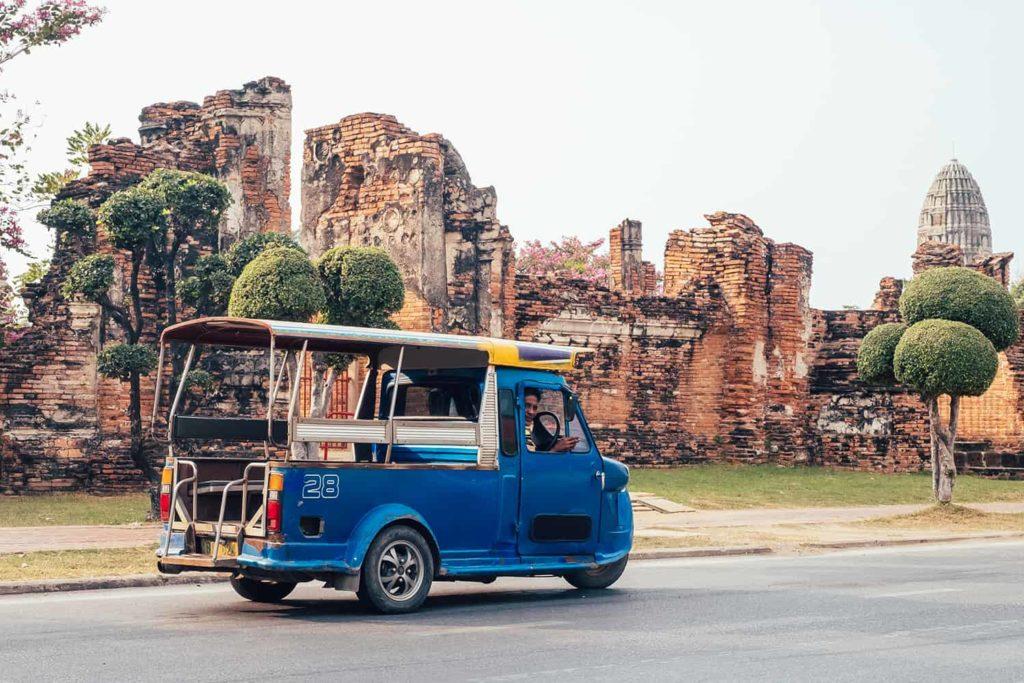Tuk-Tuk-auf-der-Strasse-vor-den-Ruinen-von-Ayutthaya
