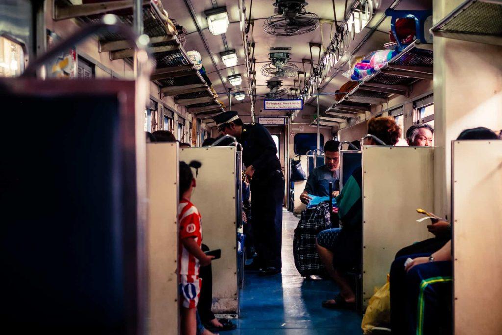 Im Zug von Bangkok nach Ayutthaya in Thailand