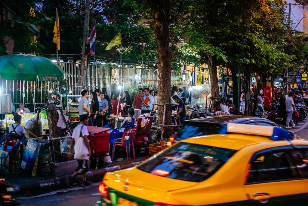 Ein Markt am Strassenrand in Bangkok während der Thailand Rundreise