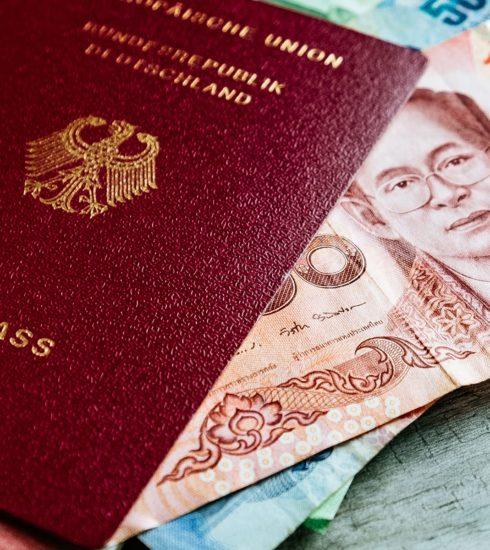 deutscher Reisepass und thailändisches Geld Thailand Packliste